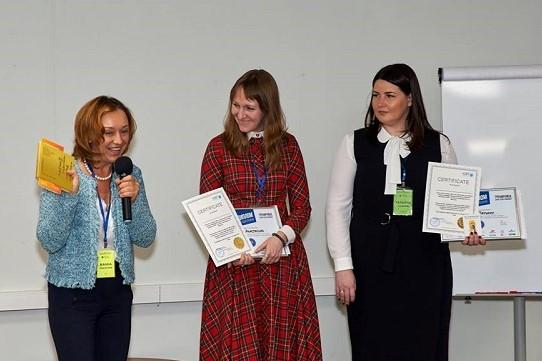 Жанна Завьялова, ICBT, вручает призы победителям